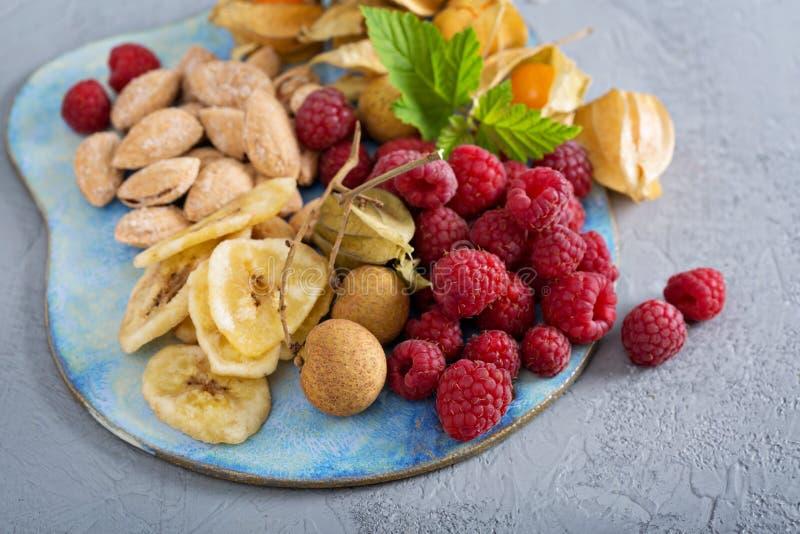 Fruit en van de notensnack raad stock afbeeldingen