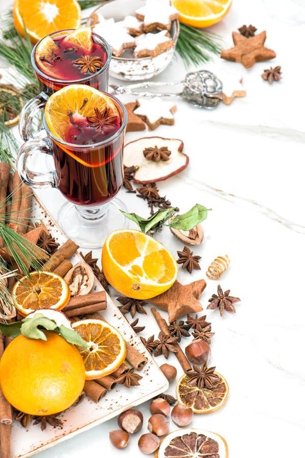 Fruit et épices rouges chauds de poinçon de fond blanc de vin chaud photo stock