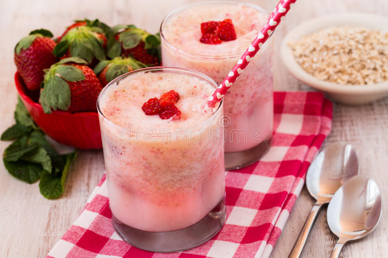Fruit et avoine de WithFresh de Smoothies de petit déjeuner de banane de fraise photo stock