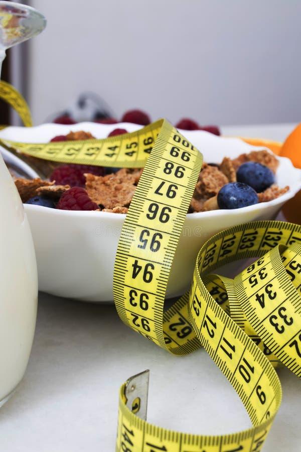 Fruit et céréale avec le ruban métrique image libre de droits