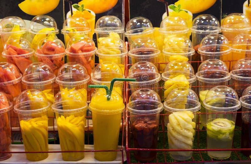 Fruit et secousses de fruit dans des tasses en plastique image stock