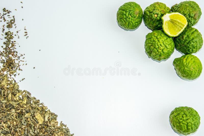 Fruit et thé de bergamote Le bergamia d'agrume, l'orange de bergamote est un agrume parfumé avec un jaune ou une couleur verte image libre de droits