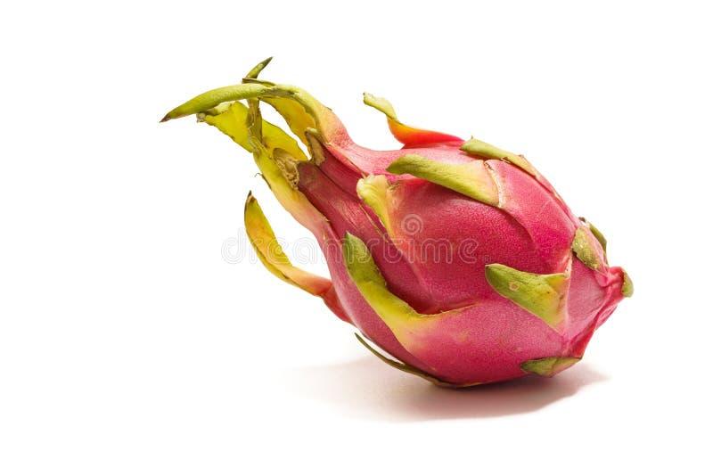 Fruit exotique Dragonfruit avec la peau rose et verte sur le fond blanc images libres de droits