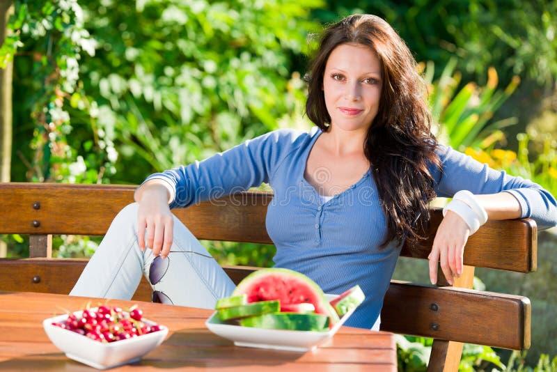 Fruit frais d'été de belle femme de terrasse de jardin photo libre de droits