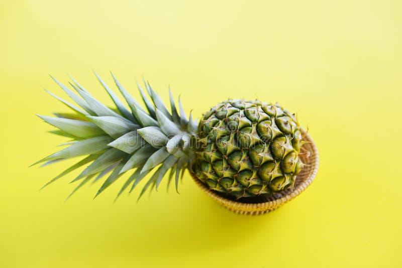 Fruit frais d'ananas dans un panier sur le jaune images stock