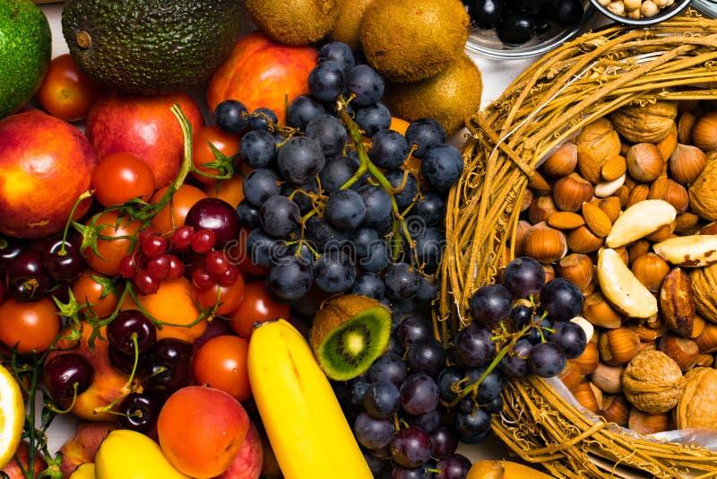 Fruit frais et écrous Fond coloré assorti de fruits photographie stock libre de droits