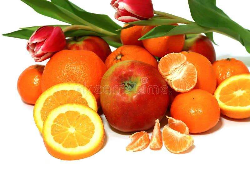 fruit frais et tulipes d'isolement sur le blanc images stock