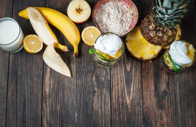 Fruit frais, lait et farine d'avoine pour le petit déjeuner photo stock