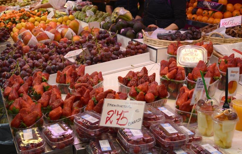 Fruit frais sur la stalle du marché à Valence, Espagne image stock