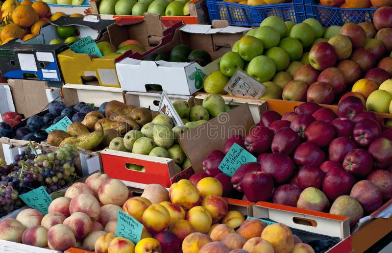 Fruit frais ? un march? images libres de droits