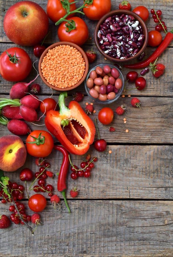 Fruit, légume et haricot rouges Apple, tomate, groseille, radis, poivre, framboises, cerise, lentilles olives Nourriture saine, v images libres de droits