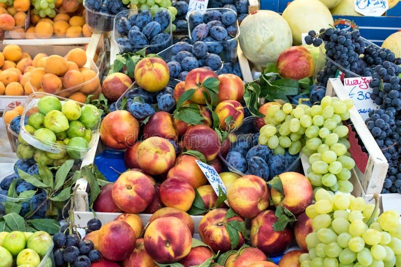 Download Fruit mélangé à un marché image stock. Image du raisin - 76084885