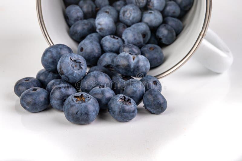 Fruit mûr savoureux de myrtille sur la table de cuisine Ingrédients pour un dessert délicieux dans la cuisine à la maison images stock