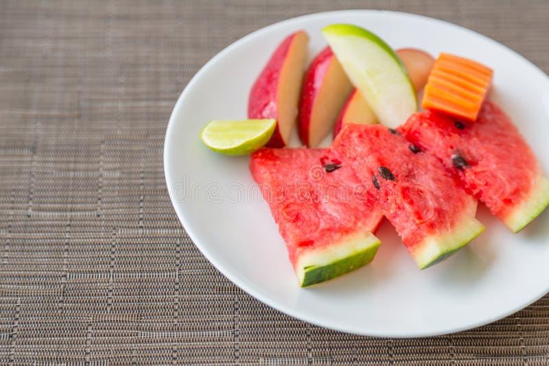 Fruit op plaat stock foto's