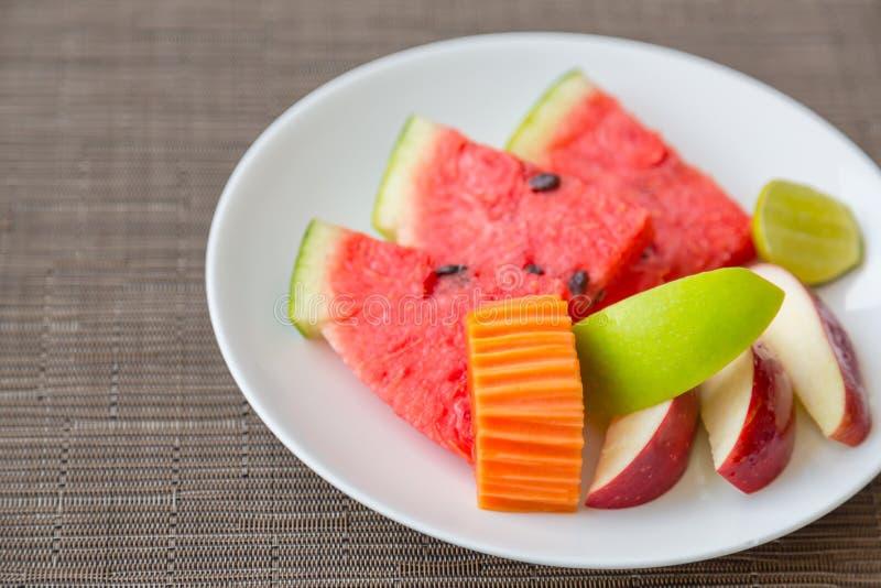 Fruit op plaat stock afbeeldingen
