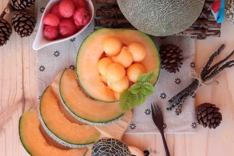 Fruit orange de melon de cantaloup juteux sur le fond en bois images libres de droits