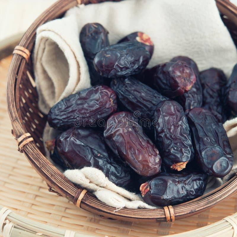 Fruit ou kurma de dates dans le panier en bambou photographie stock libre de droits