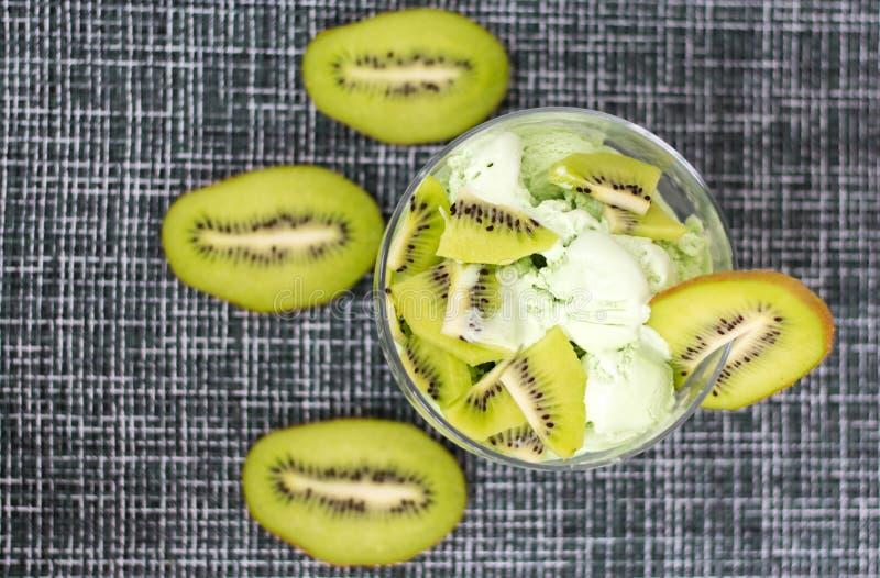 Fruit romig roomijs met groene kiwi royalty-vrije stock foto's