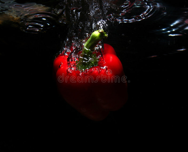 Fruit rouge dans l'eau photos libres de droits