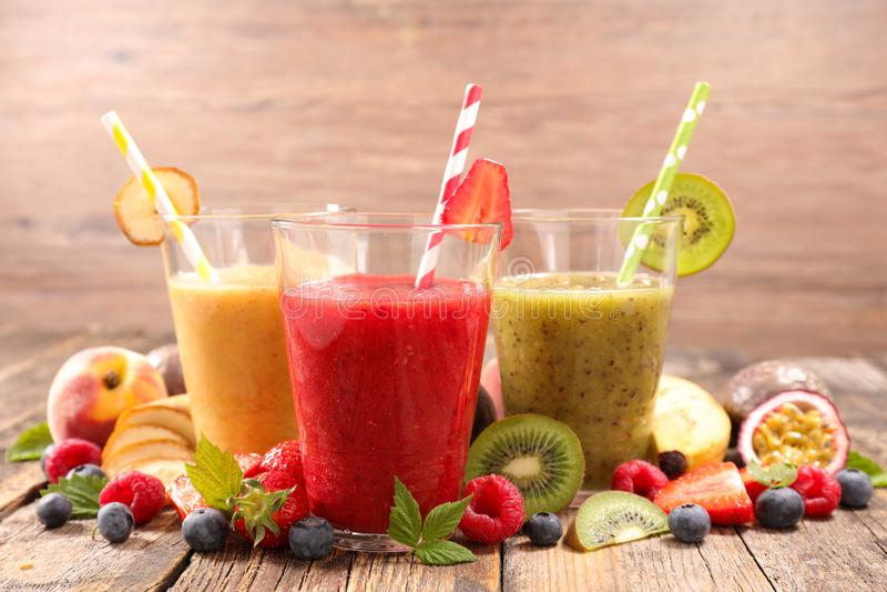 Fruit smoothie met bessen stock afbeelding