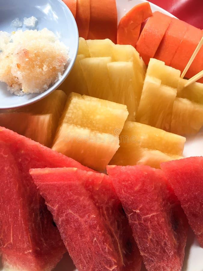 Fruit sur le plat photos stock