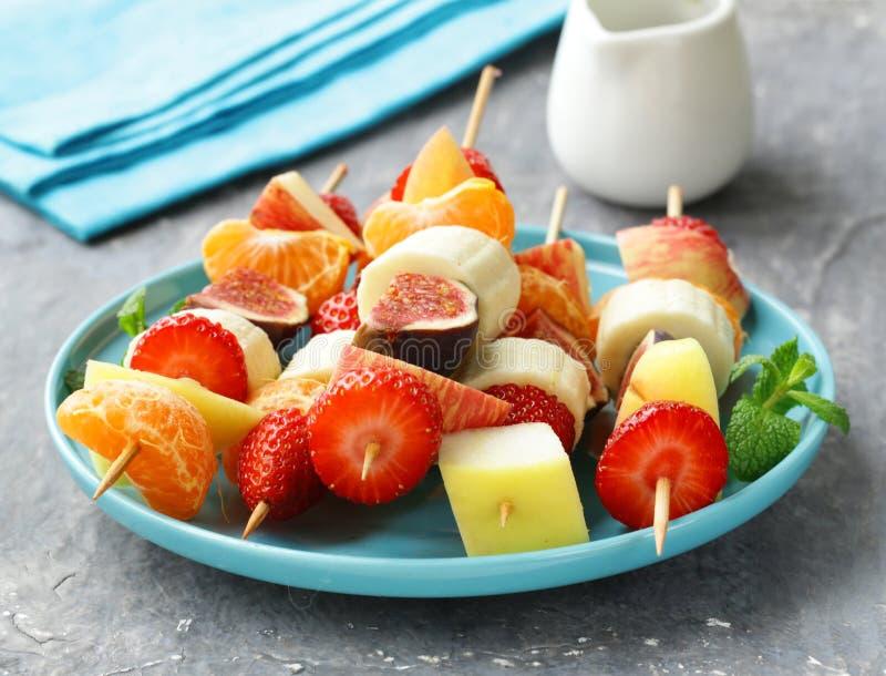 Fruit sur les brochettes en bois - dessert image libre de droits