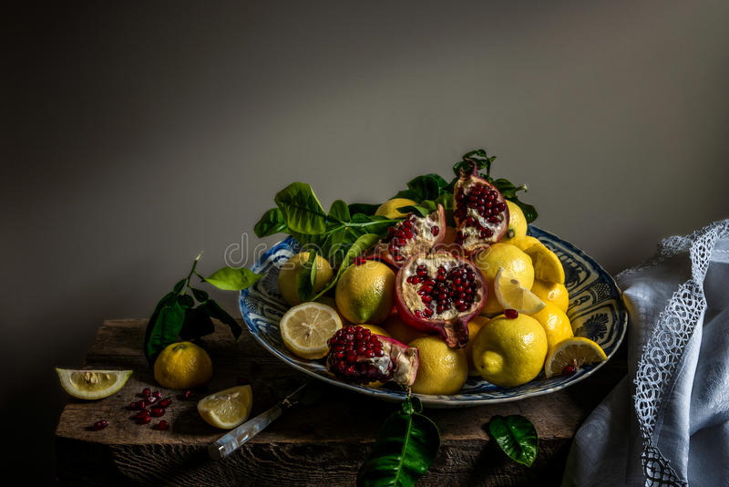 Fruit sur un chargeur de porcelaine photographie stock
