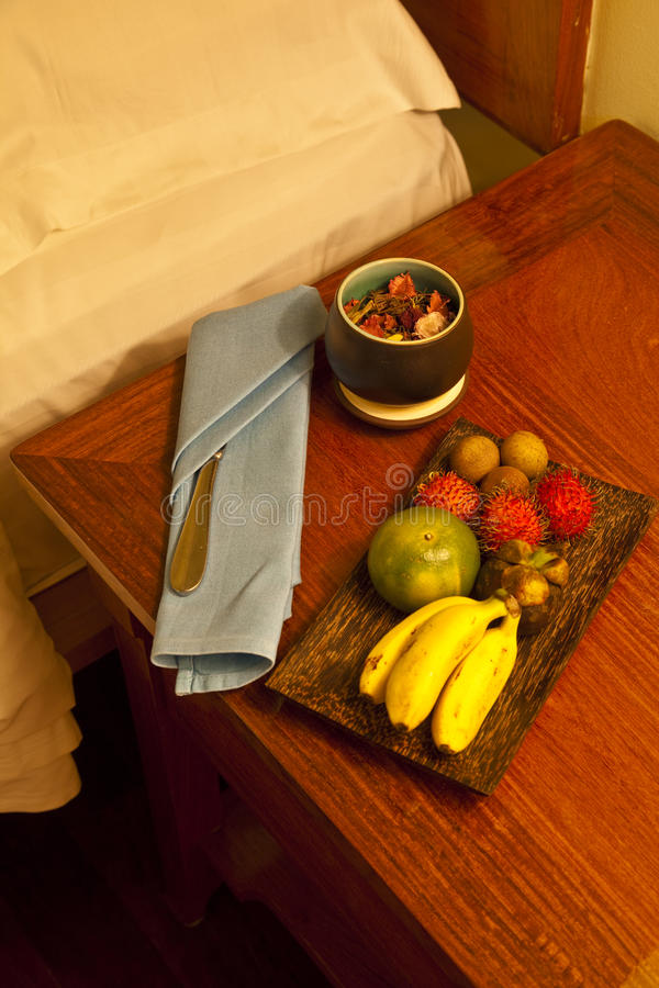 Fruit sur un compartiment de chevet images stock