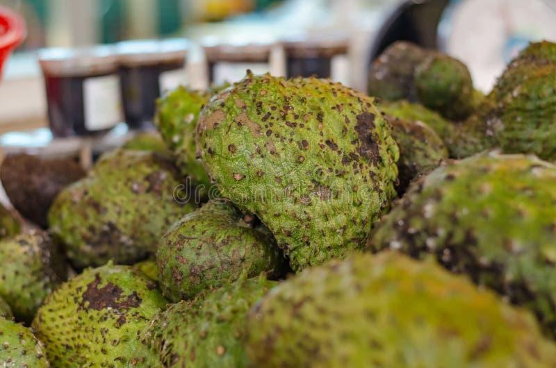 Fruit tropical exotique, affichage de corossol hérisse pour la vente sur le marché images libres de droits