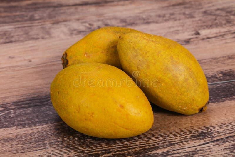 Fruit tropical exotique - sapotille dans le plat photographie stock libre de droits