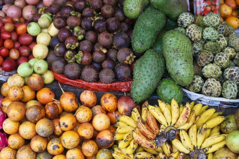 Fruit tropical sur l'affichage sur un marché dans Bali image libre de droits