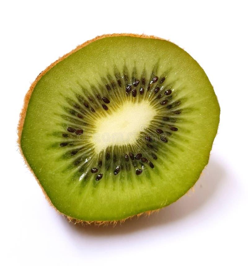 Fruit van de kiwi het groene plak dat op witte achtergrond wordt geïsoleerd stock foto's