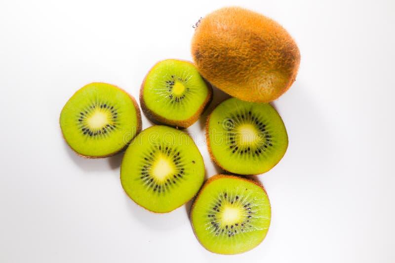 Fruit van de plakken het verse kiwi dat op wit achtergrond en behang wordt geïsoleerd royalty-vrije stock foto's
