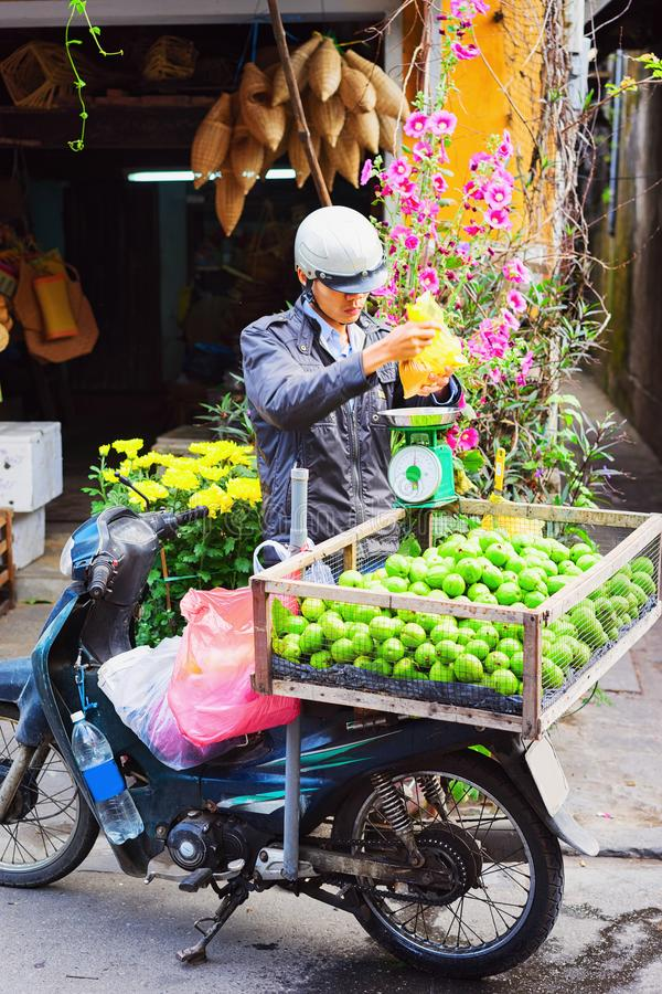 Fruit van de verkopers het verkopende guave van motorfiets in Hoi An Vietnam stock afbeelding