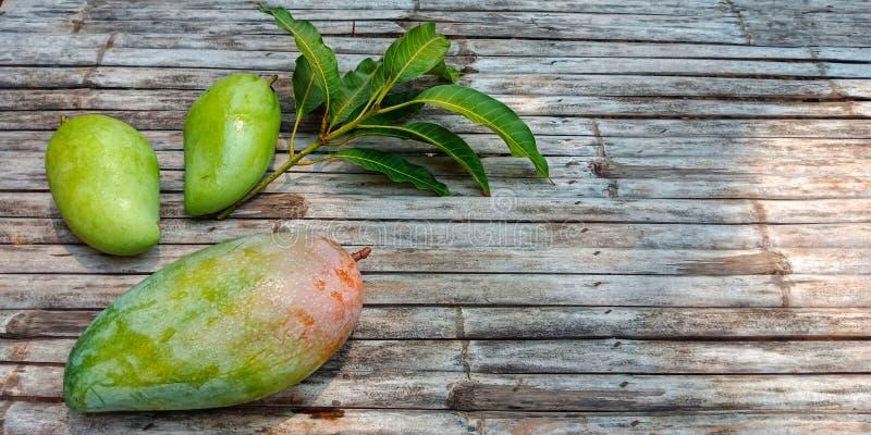 Fruit vert cru de mangue sur des ordures en bambou photos libres de droits