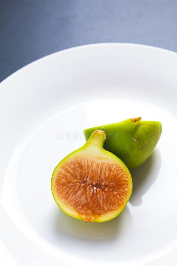 Fruit vert organique de figue de concept de nourriture du plat en céramique blanc avec photos stock