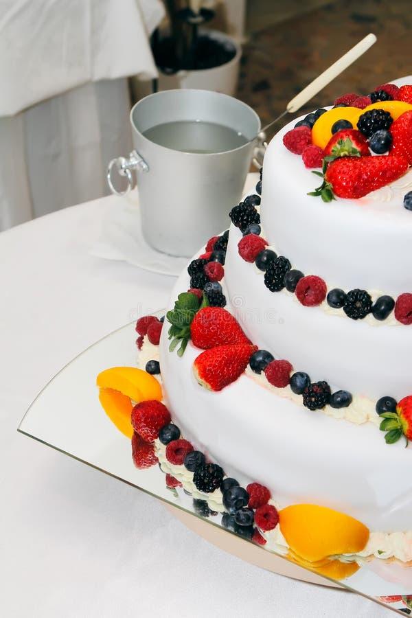 Bolo de frutas fresco do casamento imagem de stock royalty free
