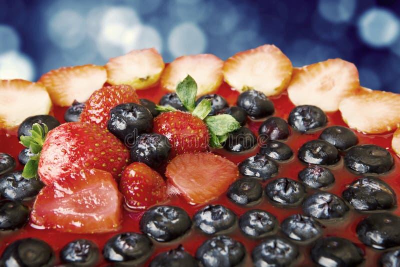 Fruitcake met lichte bokehachtergrond stock foto