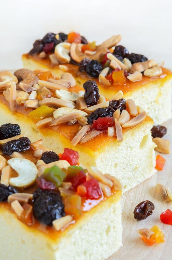 Fruitcake nakrywający z mieszanek owoc i nerkodrzew dokrętkami na drewnianym cutti obrazy royalty free