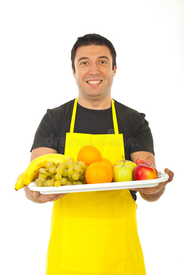 Fruiterer feliz que oferece frutas frescas fotografia de stock royalty free