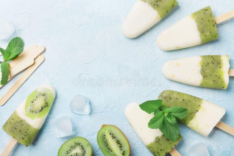Fruitige eigengemaakte roomijs of ijslollys van kiwi smoothie en yoghurt hoogste mening De zomer verfrissend voedsel stock afbeeldingen