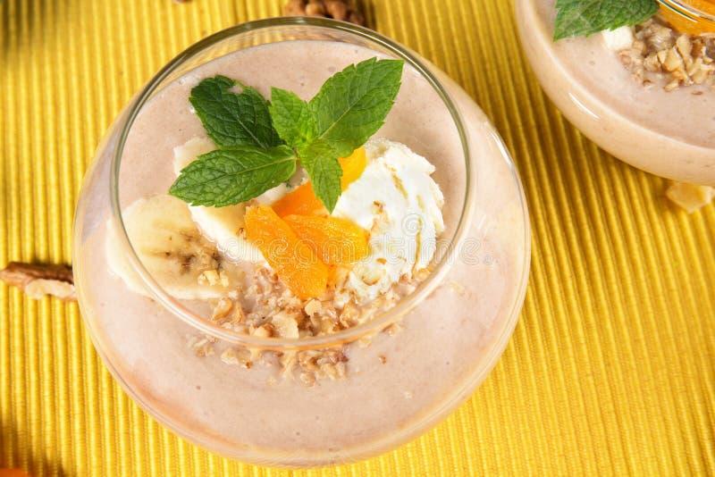 Fruitige smoothie in dessertglas op een gele achtergrond Cocktails met droge abrikozen, roomijs en bananen, hoogste mening royalty-vrije stock afbeeldingen