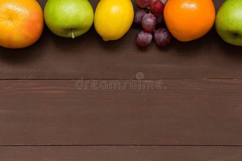 Fruitkader met exemplaar ruimte, gezond voedsel, dieet, het tuinieren of vegetarisch concept royalty-vrije stock afbeeldingen