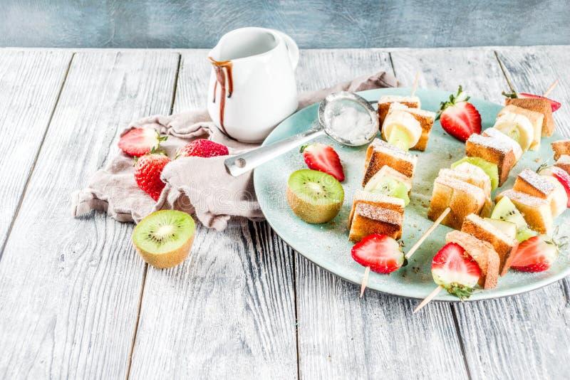 Fruitkebabs op vleespennen stock fotografie