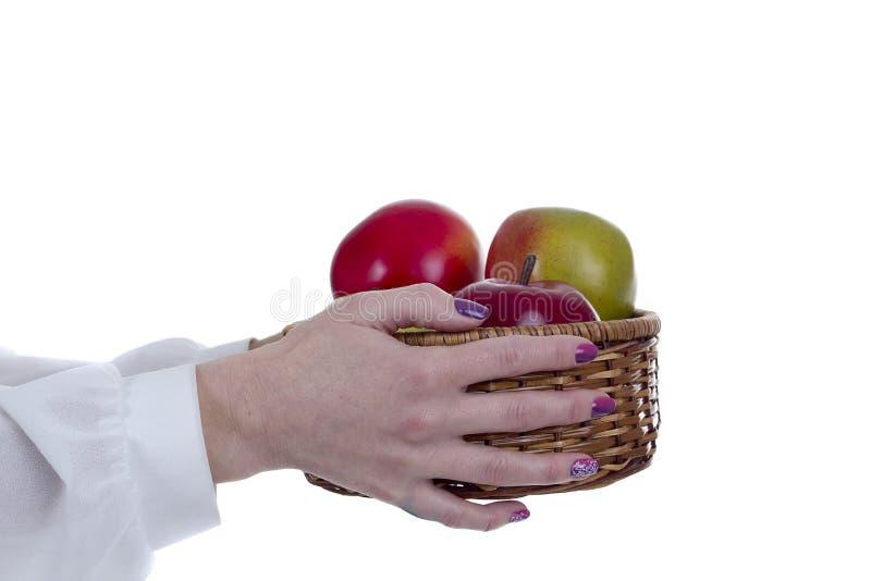 Fruitmand in de handen van royalty-vrije stock afbeelding