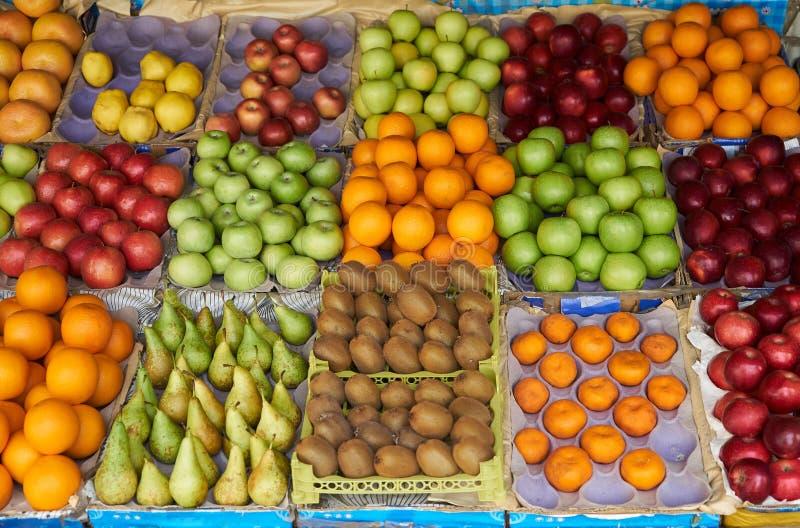 Fruitmarkt met diverse kleurrijke verse vruchten en groenten stock afbeelding