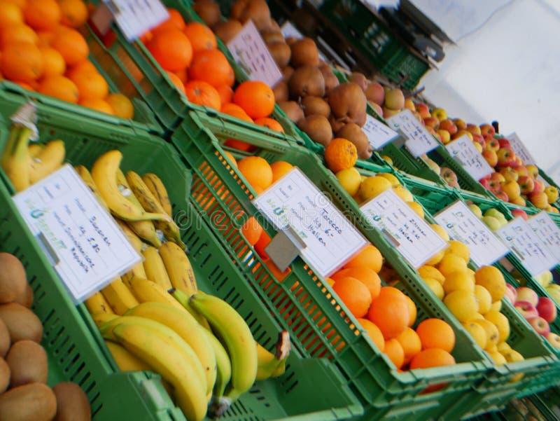 Fruitmarkt zijn er vele vruchten royalty-vrije stock afbeelding