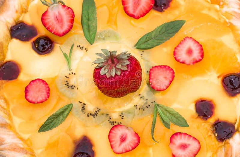Fruitpizza met de ananas van de aardbeienkiwi royalty-vrije stock afbeelding