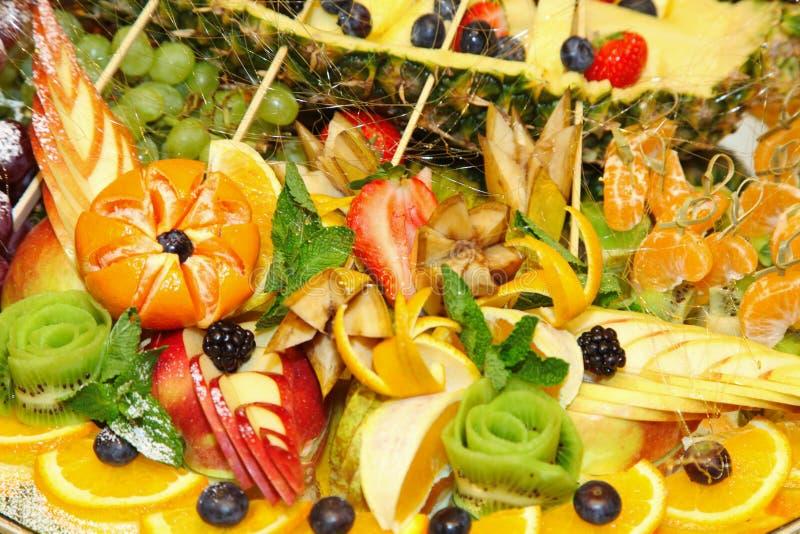 Fruitplaat Schotel van geassorteerde vers fruit en kaas royalty-vrije stock afbeelding