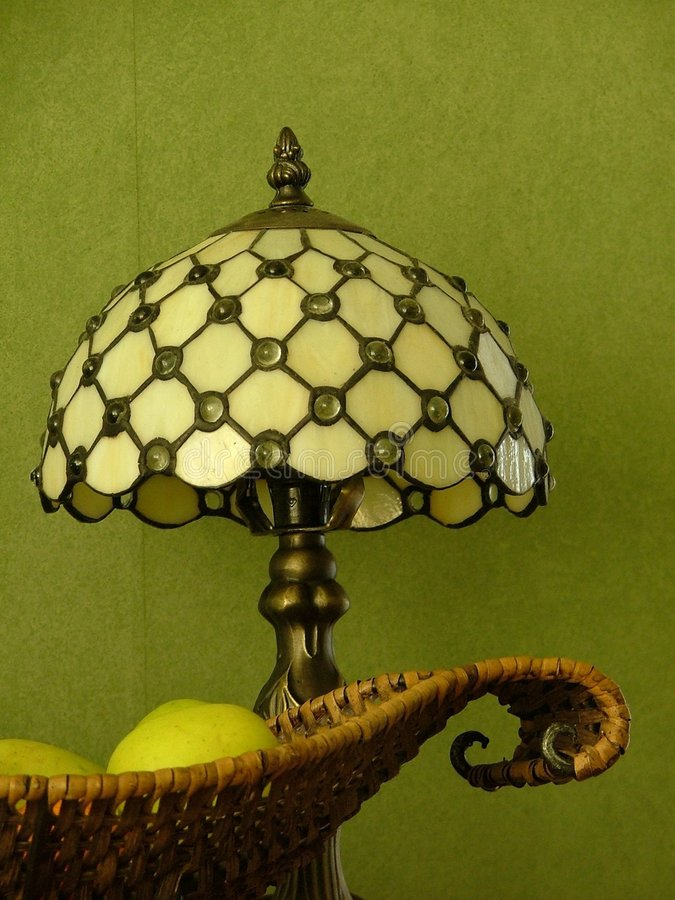 Fruitplate und tiffany Lampe lizenzfreies stockfoto